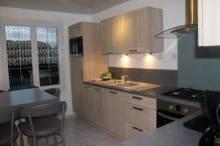 Maison comprenant hall d'entrée, cuisine équipée, salon/séjour, bureau, wc, 3 chambres, salle de bains. Garage, jardin.