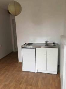 Studio meublé au 1er étage Une pièce principale avec meuble évier. Une salle de douche et wc.  Charges : 50 € comprenant eau et électricité Garantie : un mois de loyer Frais de bail : 180 €