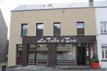 Local commercial rénové de 103 m² avec appartement de 102m² composé : cuisine équipée avec coin repas , salon, sdd, wc, 3 chambres et salle de Bains.    Pergola , terrasse, garages