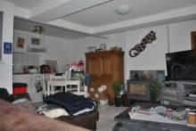 Charmante maison de village restaurée et vendue loué, offrant:  En rez de chaussée: pièce de vie  A l'étage: 2 chambres et une salle de bains  Terrain, place de stationnement  Louée 480€