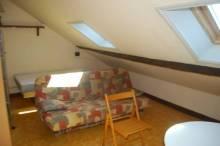 Studio au 4ème étage en parfait état comprenant séjour avec lit, cuisine (évier, 2 plaques électriques, 1 frigo), salle de douche avec wc. Interphone, WIFI, adoucisseur d'eau.  Charges : 20 € (taxe d'ordures ménagères + consommation eau) Garantie : 1 mois de loyer Frais de bail : 165 €