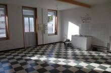 Appartement en RDC de 75 m² offrant belle pièce à vivre avec cuisine, 2 chambres et salle de douche avec wc. Cave, terrasse et jardin.  Garantie : 1 mois de loyer Frais de bail : 242.50 €