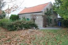 Maison de village individuelle à conforter comprenant salon/séjour avec cheminée, cuisine, salle de douche avec wc.  A l'étage : mezzanine, 2 chambres.  Atelier, terrain sur 17 ares.