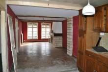 Appartement de 64m² habitables comprenant :   Entrée, cuisine ouverte sur salon-séjour avec cheminée, un bureau, une salle de douches et une chambre.   Cave, CC gaz de ville.   Electricité refaite.