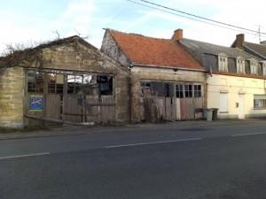 Habitation principale à rénover entièrement avec ancien garage automobile de 240 m² environ sur terrain arboré.