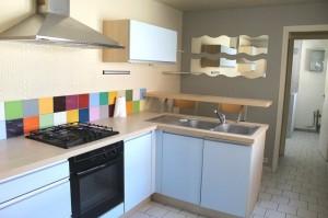Maison rénovée offrant salon, salle à manger, cuisine équipée, salle de douche et wc en RDC. Au 1er étage 2 chambres et au second une chambre et un dressing.  Charges : 10 € (entretien de chaudière) Garantie : 1 mois de loyer Frais de bail : 305 €