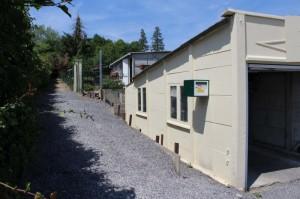Dans une rue calme, petit bâtiment et un garage construits sur une parcelle de 2 ares et 59 centiares.  Possibilité d'un potager
