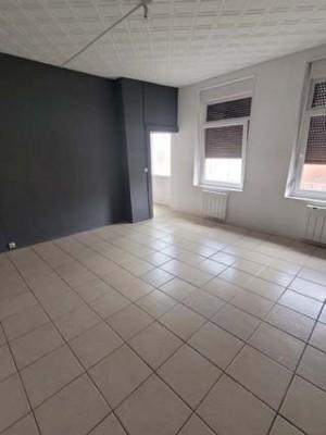 Maison agréable avec courette Comprenant :   En RDC : Entrée, cuisine, salon/séjour, salle d'eau et WC.  A l'étage : palier desservant 2 chambres.  cave, grenier  Charges : 4 euros (TOM) garantie : 1 mois de caution Frais de bail : 1 mois de loyer