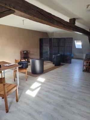 Studio meublé avec porte privative Au 1er étage Comprenant pièce de vie avec coin cuisine et coin repos Salle d'eau, WC séparé grenier  Charges : 10 euros (eau) garantie : 2 mois de loyer frais de bail : 205 euros